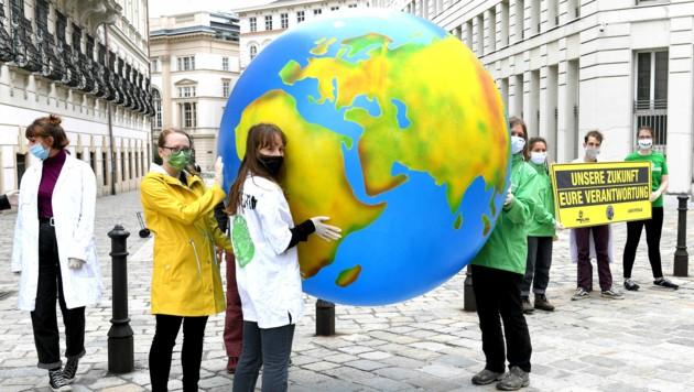 Die Initiatoren des Klimavolksbegehrens, das 380.000 Menschen unterstützt haben, sehen Parlament und Regierung am Zug. (Bild: APA/Roland Schlager)