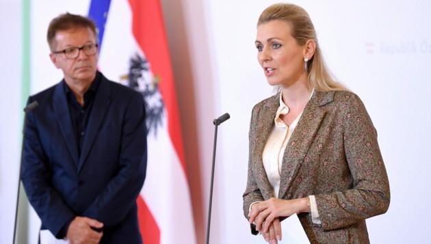 Gesundheitsminister Rudolf Anschober (Grüne) und Arbeitsministerin Christine Aschbacher (ÖVP) (Bild: APA/ROLAND SCHLAGER)