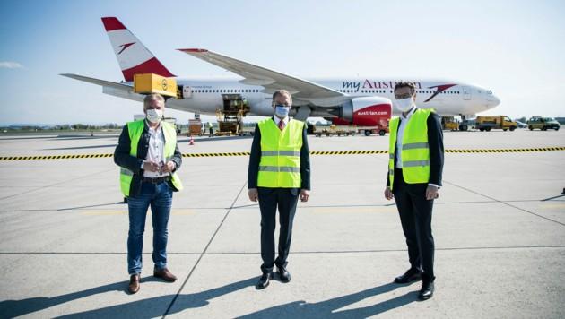 Am Ostersonntag ist der erste Flieger der Austrian Airlines mit Schutzkleidung direkt am Flughafen in Linz-Hörsching gelandet. (Bild: Foto Land OÖ/Max Mayrhofer)