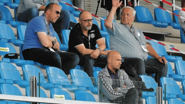 Während des Spiels saß Sturms gesperrter Coach El Maestro brav auf der Tribüne, in der Halbzeit war er aber im Bus... (Bild: Foto Ricardo; Richard Heintz 8010 A-Graz)