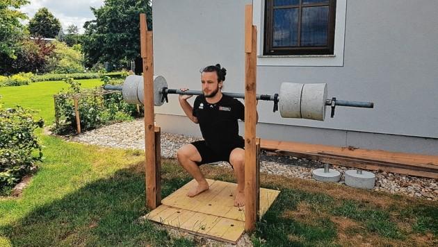 Mit einer Stange von seinem Opa und den selbst betonierten Gewichten hielt sich Volleyballer Max Thaller in der Corona-Zeit daheim fit. (Bild: Max Thaller)