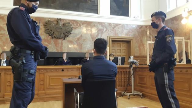Der Angeklagte vor Prozessbeginn (Bild: APA/VERA REITER)