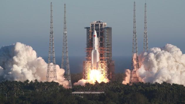 """Eine """"Langer Marsch 3""""-Rakete beim Start (Symbolbild) (Bild: ASSOCIATED PRESS)"""