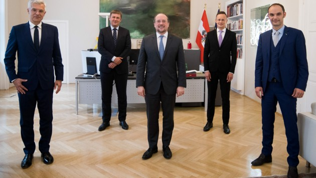 Von links: Ivan Korcok (Slowakei), Tomas Petricek (Tschechien), Alexander Schallenberg, Peter Szijjarto (Ungarn) und Anze Logar (Slowenien) (Bild: AUSSENMINISTERIUM/MICHAEL GRUBER)