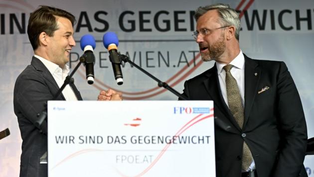"""FPÖ-Landesparteiobmann Dominik Nepp und Bundesparteiobmann Norbert Hofer bei der FPÖ-Wien-Kundgebung """"Wir sind das Gegengewicht"""" (Bild: APA/HERBERT NEUBAUER)"""
