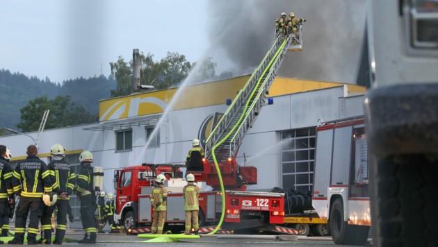 Ein Großaugebot der Feuerwehr steht im Einsatz (Bild: Laumat)