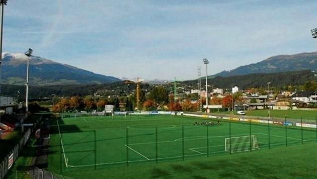 Der Spielrasen des Goldeck-Stadions ist derart in die Jahre gekommen, was auch den Fußballern das Spielen erschwert. Die Stadt will im Herbst mit der ersten Bauphase des neuen Kunstrasens beginnen. (Bild: Sportzentrum Spittal )