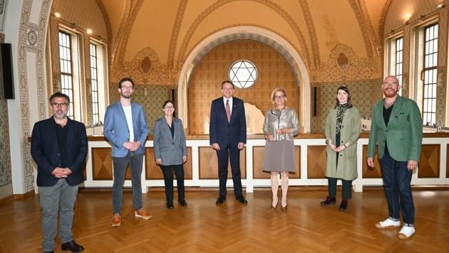 In der ehemaligen Synagoge gaben Matthias Stadler und Johanna Mikl-Leitner (M.) den Startschuss für das Kulturjahr 2024. (Bild: NLK Pfeiffer)