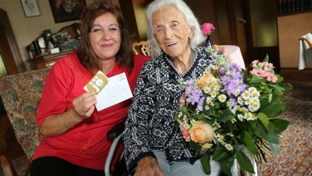 Als Bonus bekam Ilse H. Blumen und Geschenke überreicht. (Bild: Uta Rojsek-Wiedergut)