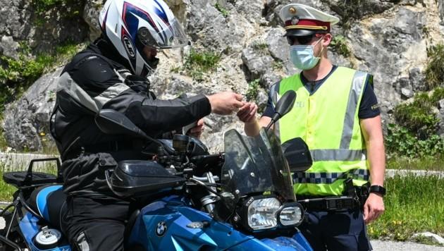 Der Unmut über das Motorradfahrverbot ist auch bei den Polizeikontrollen unüberhörbar. (Bild: LIEBL Daniel | zeitungsfoto.at)