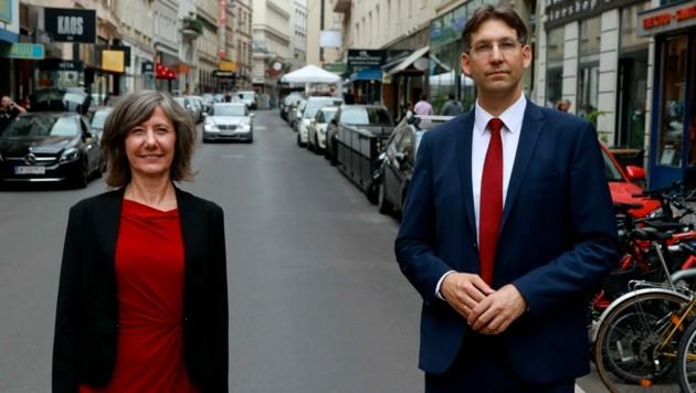 Vizebürgermeisterin Birgit Hebein (Grüne) und Bezirksvorsteher Markus Figl (ÖVP). Das fahrende Auto blieb rechtzeitig stehen.
