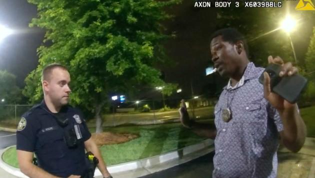 Rayshard Brooks im Gespräch mit jenem Polizisten, aus dessen Dienstwaffe wenig später die tödlichen Schüsse abgefeuert wurden (Bild: AP)
