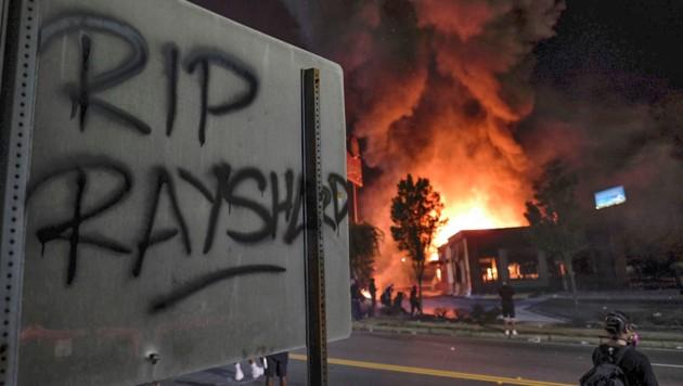 """""""Ruhe in Frieden, Rayshard"""": Wut und Trauer paaren sich derzeit in den USA, das Fast-Food-Restaurant wurde nach den tödlichen Schüssen von Demonstranten niedergebrannt."""