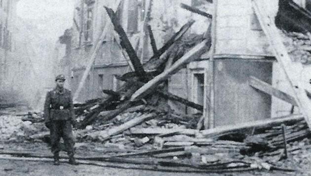 Auch das Elisabethinen-Spital in Klagenfurt wurde beschädigt. Davor steht ein Soldat - wann dieses Foto aufgenommen wurde, ist unklar. (Bild: TAÖ/AAvK)