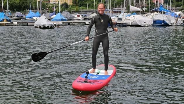 Stand-up-Paddler Johannes Schöffl (45) zog zwei Mädchen und die Frau auf sein Brett (Bild: Hörmandinger)