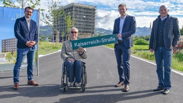 Kiefersfelden bekam eine weitere Straße: Sebastian Herbig, BM Hajo Gruber, Florian Unterberger und Josef Gruber (v.l.). (Bild: Hubert Berger)