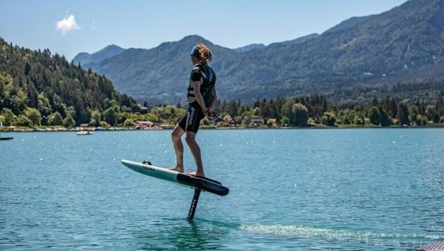 Mit dem E-Foil schweben Hobbysportler über dem Wasser. (Bild: Stadt Villach/Karin Wernig)