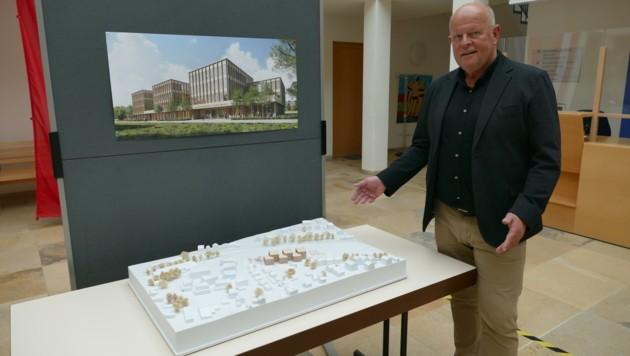 Bürgermeister Konrad Pieringer (Seekirchen) mit dem Modell der neuen Bezirkshauptmannschaft Salzburg-Umgebung (Bild: Stadt Seekirchen)