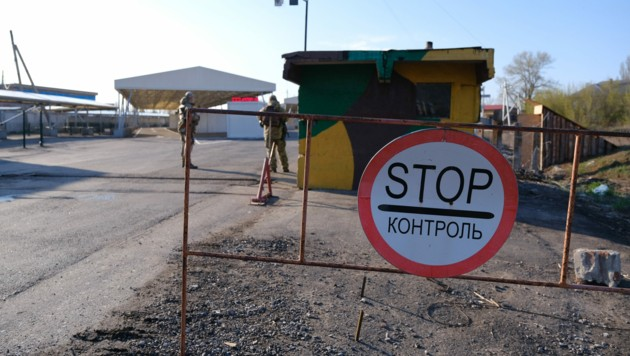 Ukrainische Soldaten stehen Wache in der ostukrainischen Stadt Donezk.