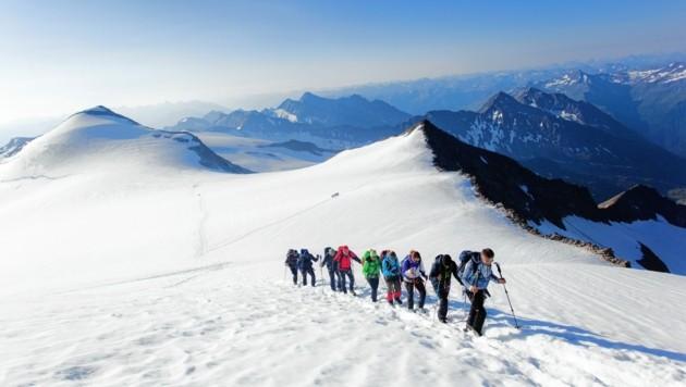 Bergsteiger im Aufstieg zum Großvenediger (Bild: Tobias Tschurtschenthaler)