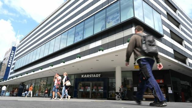 Kritiker werfen Benkos Holding vor, sich lediglich für die Immobilien der deutschen Warenhauskette Galeria Karstadt Kaufhof zu interessieren. (Bild: APA/dpa/Arne Dedert)