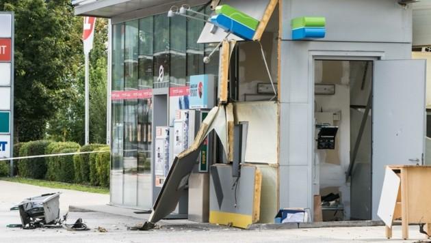 Durch die Wucht der Explosion wurden der Geldautomat und ganze Wandteile herausgerissen. (Bild: Liebl Daniel)