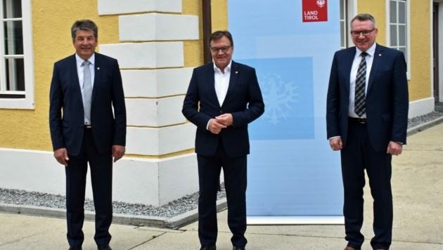 Hoher Besuch beim Silzer BM Helmut Dablander: LH Günther Platter und LR Johannes Tratter (v.l.). (Bild: Daum Hubert)