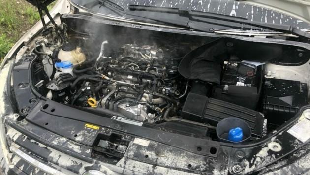 Im Motorraum dieses Fahrzeuges kam es wegen eines technischen Defektes zu einem Brand (Bild: Freiwillige Feuerwehr Obervellach)