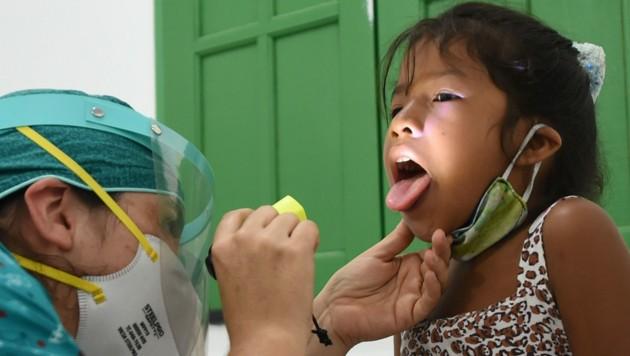 Auch innerhalb der indigenen Bevölkerung Brasiliens breitet sich das SARS-CoV-2-Virus weiterhin rasant aus. (Bild: AFP)