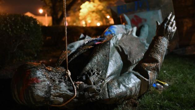 Demonstranten in der US-Hauptstadt Washington haben die einzige Statue eines Konföderierten-Generals gestürzt und in Brand gesetzt.