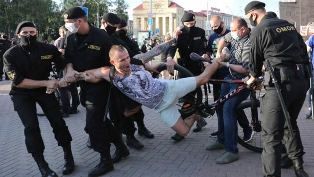Etwa sieben Wochen vor der Präsidentenwahl in Belarus demonstrierten zahlreiche Menschen gegen die Politik des autoritären Staatschefs Alexander Lukaschenko. (Bild: Copyright 2020 The Associated Press. All rights reserved)
