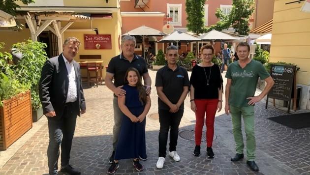 Stadtrat Scheider mit Vertretern der ansässigen Lokale. (Bild: Rosenzopf Christian)