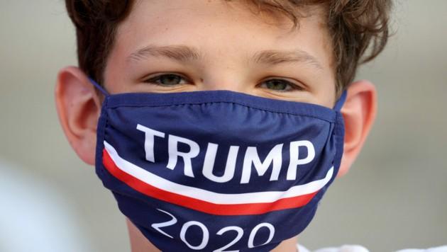 Ein Bub mit Trump-Maske