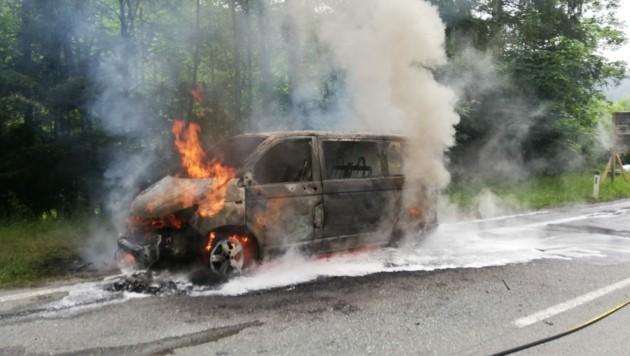 Kleinbus auf der B311 in Flammen (Bild: FF Schwarzach)