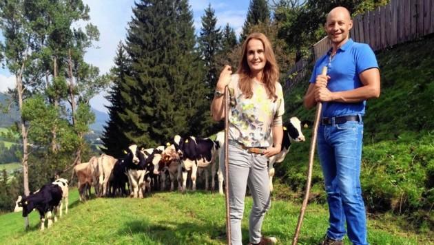 """Hannes Royer, Bergbauer und Gründer von """"Land schafft Leben"""", und Maggie Entenfellner am Schattenschupferhof in Schladming. (Bild: ORF)"""