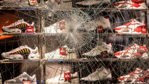 Zahlreiche Schaufenster von Geschäften in der Königstraße wurden beschädigt. (Bild: APA/dpa/Christoph Schmidt)