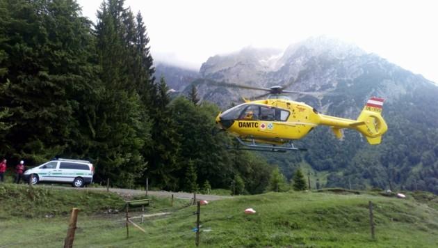 Die Suche wurde per Hubschrauber in der Luft fortgesetzt. (Bild: ZOOM.TIROL)