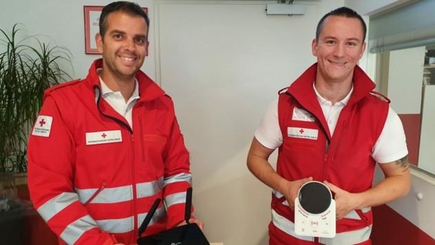Leiter Tobias Gössler und Techniker Thomas Fallmann (v. li.) präsentieren das neue System. (Bild: Rotes Kreuz Innsbruck / Gierl)