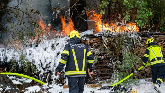 Erneuter Holzstoßbrand in Raffelstetten (Bild: FOTOKERSCHI.AT / KERSCHBAUMMAYR)