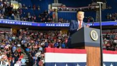 US-Präsident Donald Trump bei seiner ersten Wahlkampfgroßveranstaltung seit dem Corona-Lockdown (Bild: AFP )