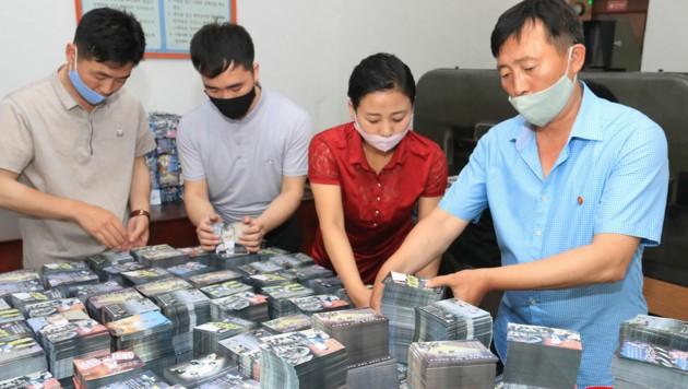 Nordkoreaner bereiten gerade Millionen von Propaganda-Flugblättern vor, um diese eventuell über Südkorea zu verteilen. (Bild: KCNA via KNS)