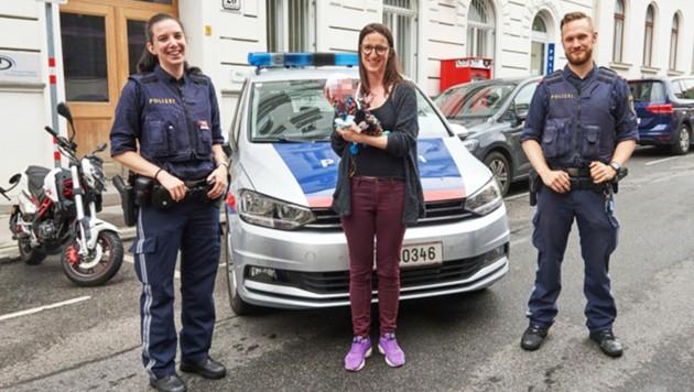 Der kleine Leo und seine Mutter statteten den Inspektoren Natascha und Stefan einen Besuch ab. (Bild: LPD Wien/Thomas Cerny, krone.at-Grafik)