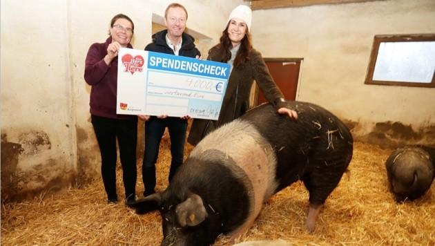 Tierlady Maggie Entenfellner, Johann Tschürtz und Claudia Herka bei der Scheckübergabe im vergangenen Dezember. (Bild: Reinhard Judt)