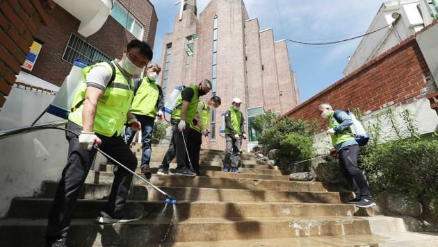 Auch öffentliche Plätze werden in Seoul desinfiziert. (Bild: AP)