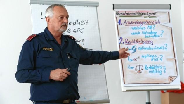 Im Unterrichtsfach Menschenrechte werden während der Grundausbildung unter anderem reale Polizeifälle analysiert. (Bild: Klemens Groh)