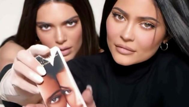 """Kendall und Kylie Jenner haben die gemeinsame Kosmetiklinie """"KENDALL x KYLIE"""" herausgebracht. (Bild: www.viennareport.at)"""