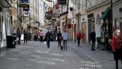 Die orange Ampel ändert in der Stadt Salzburg vorerst nichts: Es gelten ohnehin eine vorverlegte Sperrstunde sowie Maskenpflicht auf den Märkten. (Bild: APA/BARBARA GINDL)