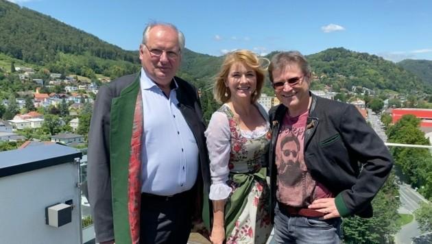 Guter Wind für die Neubelebung des leer stehenden Gasthofes Packerhöhe: Ex-Möbelriese Werner Gröbl (rechts) mit seiner Gattin Karin und dem Bürgermeister von Hirschegg-Pack, Johann Schmid (ÖVP). (Bild: Werner Gröbl)