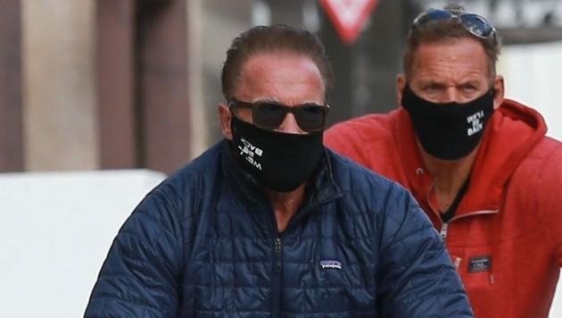Arnold Schwarzenegger und sein Kumpel Ralf Moeller tragen ihre Masken auch beim Radfahren.