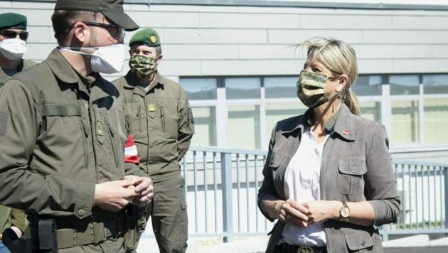 Verteidigungsministerin Klaudia Tanner (ÖVP) im Gespräch mit Soldaten (Bild: APA/Bundesheer/Gunter Pusch)